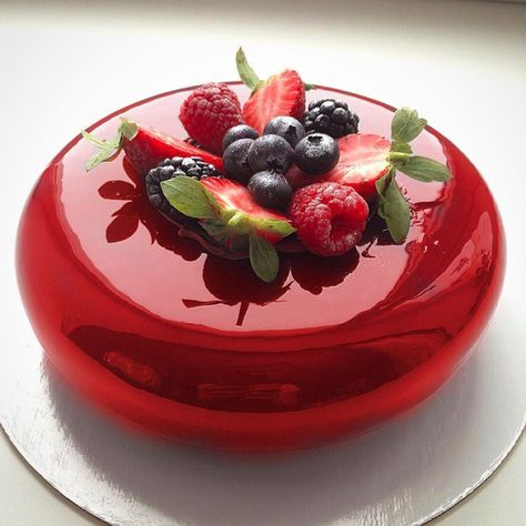 Mirror glaze Torte: Rezept für Spiegelkuchen mit Überzug aus glänzender Glasur - Dekoration Haus #fondant