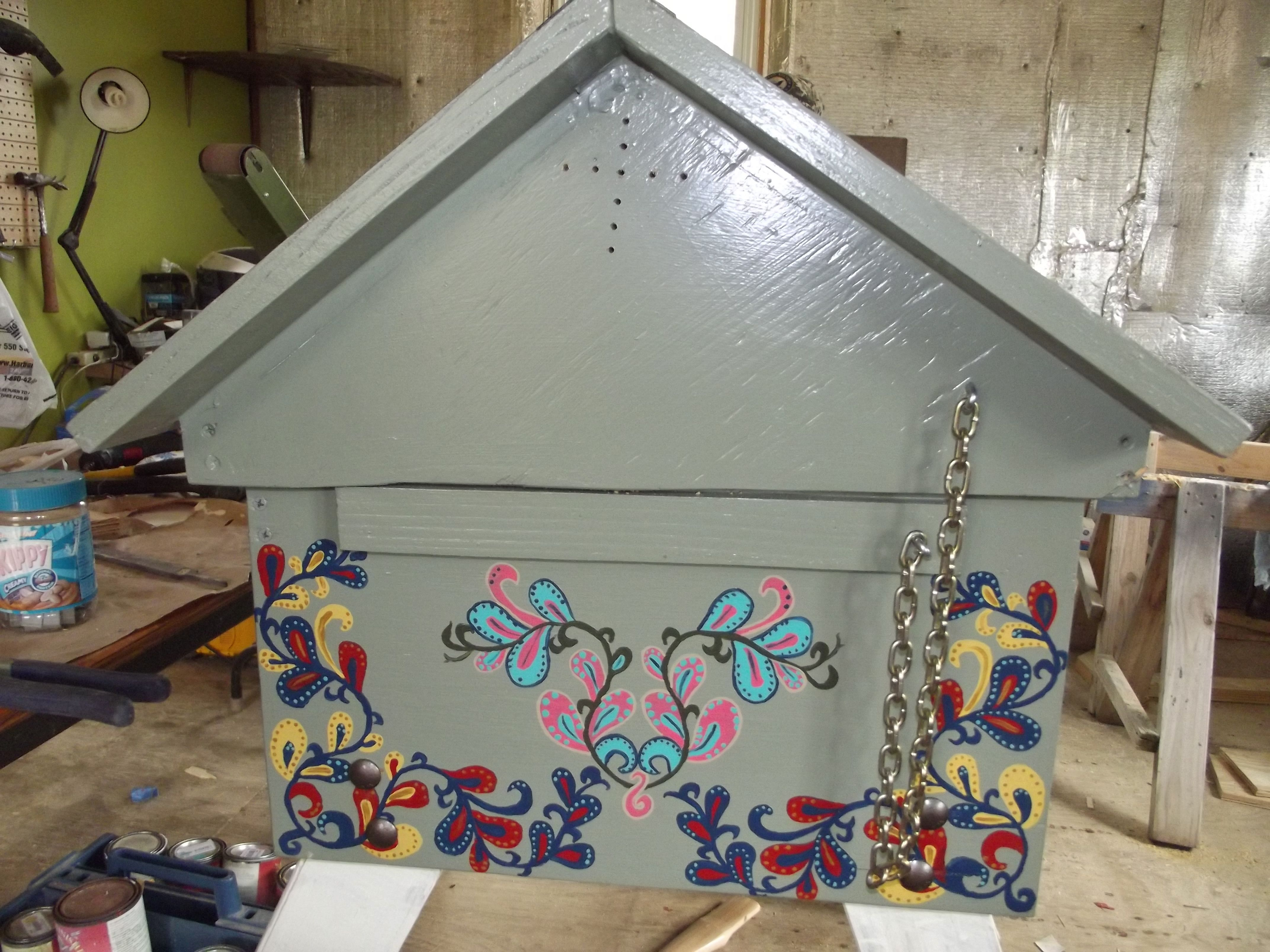 Left End With Chain To Catch The Roof As You Open The Lid Vent Holes In Top Keep Down The Humidity General Finishes Milk Paint Milk Paint Top Bar Bee Hive