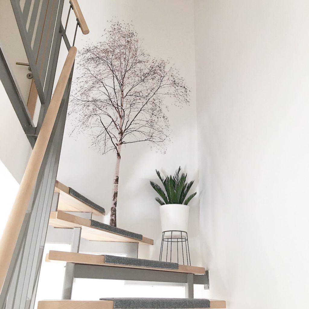 Wand Deko Ein Baum an der Wand und Palmenblätter auf dem