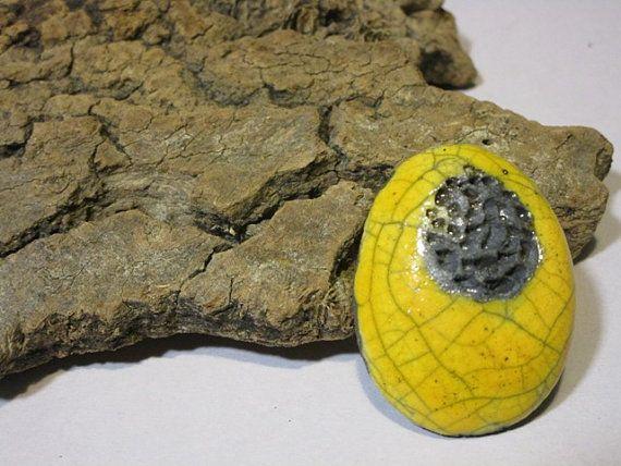 Anello in ceramica raku giallo e nero  regolabile  di RAKULAB