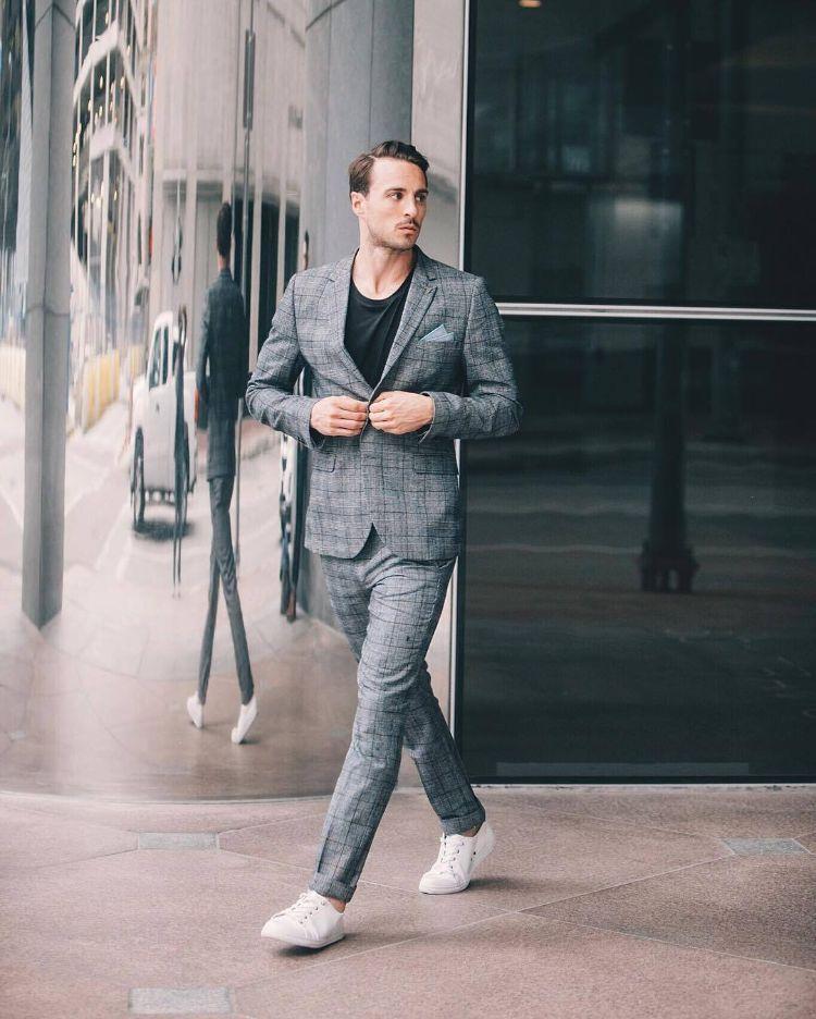 Weiße Sneakers Schwarz T Shirt Anzug Grau Spiegel Fenster In