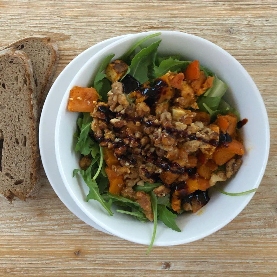 [werbung/ohne auftrag] Hej du ❤️ Heute Abend gab es nochmal Salat, der Herbstsalat bei @suppemagbrot hat mich aber auch echt angelacht 😍 Er ist getoppt mit Kürbis, Feta und karamelisierten Walnüssen 🎃 Ich wünsche dir noch einen schönen Abend ❤️