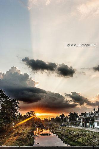 Finlay 6pm: Finlay 6pm: Ya es habitual caminar con Thaimi Niubo bajando por Finlay hasta su casa... la hora siempre es la misma, desde el horizonte nos acompaña el sol entre nubes y siluetas... asi que ayer a las 6:00 pm ambos nos detuvimos en este puente para guardar los colores de la tarde...