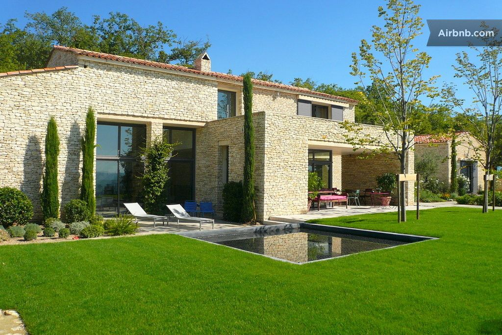Maison gordes france bordant le c l bre village de for Maison style contemporain