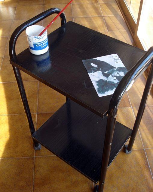 mesita auxiliar renovada con láminas de carteles de películas