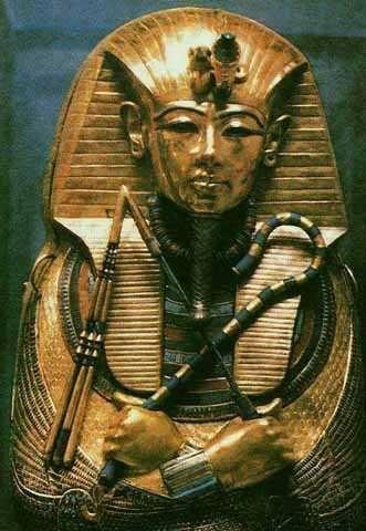 Los faraones sostenían el báculo y el látigo que representaba la autoridad en su territorio.