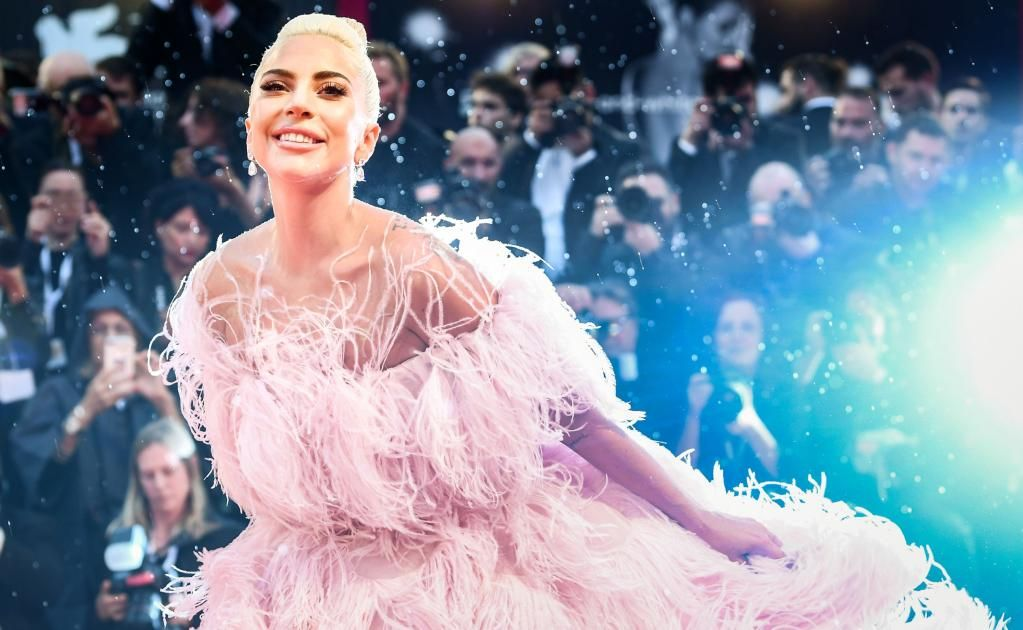 Lady Gaga deslumbra en la alfombra roja del Festival de Cine de Venecia con vestido de plumas