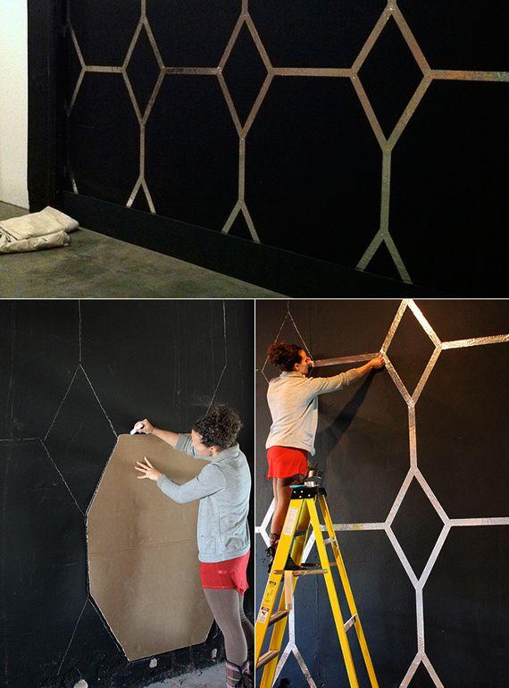 schwarze wnde kreativ gestalten mit diy wandmuster durch schablone_idee fr wandgestaltung schwarzer wand mit silbernem - Muster Fur Wand