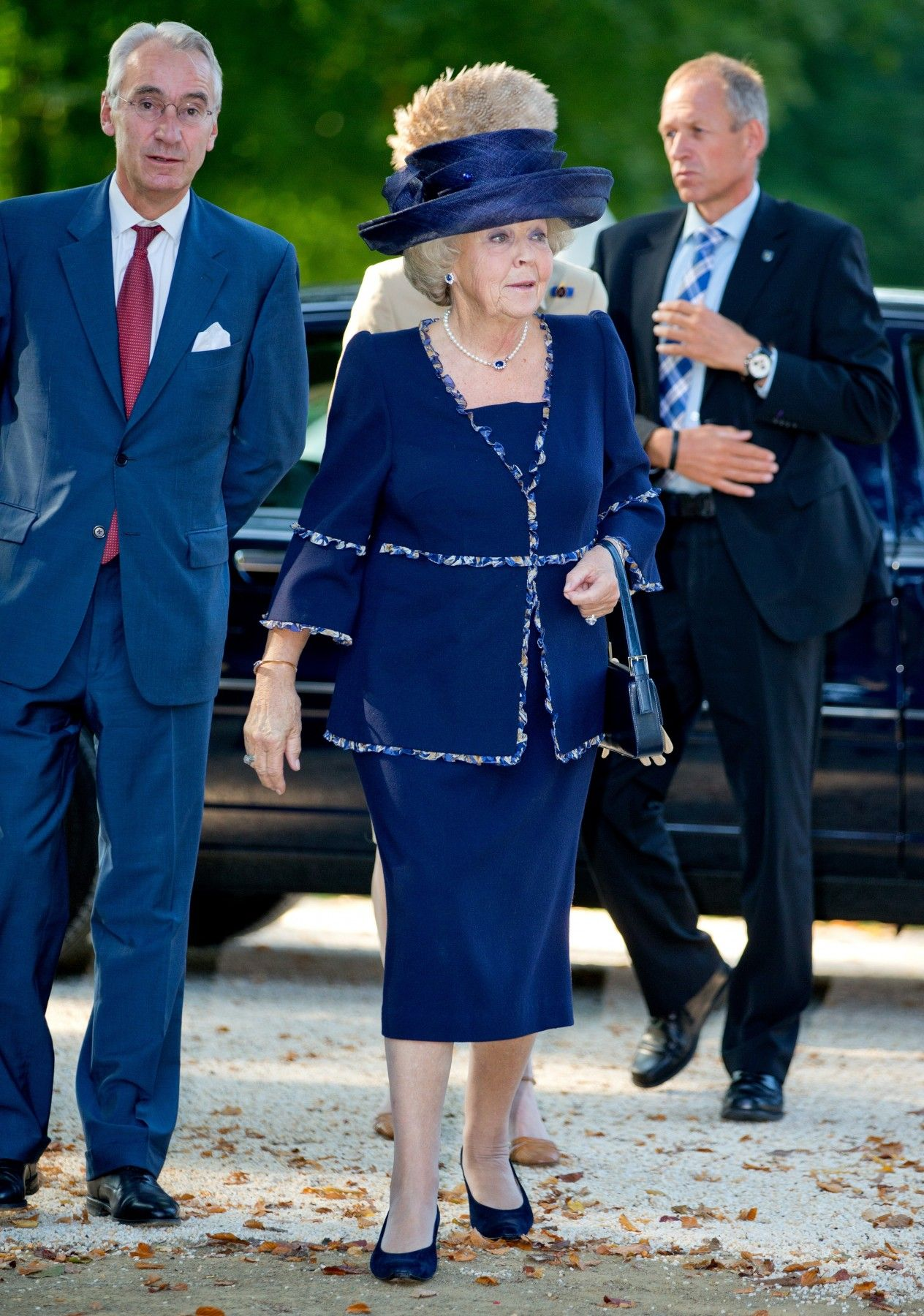 Princess Beatrix looked very elegant in her royal blue suit. She even wore shoes, jewellery, and a hat to match.