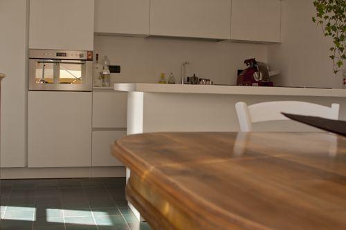 cucina ultra moderna con tavolo in noce massiccio anni \'20 e sedie ...