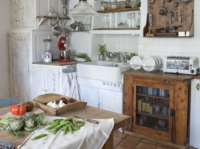 love this kitchen, so rustic & primitive