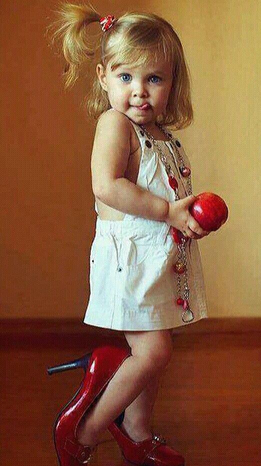 Девочка в маминых туфлях картинка