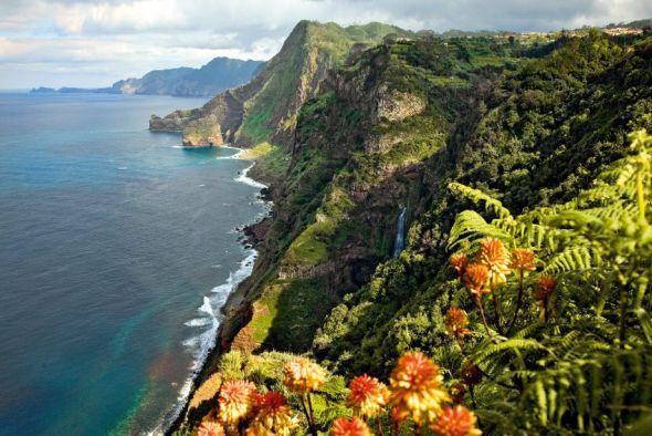 Madeiras wilder Norden: Schroff ist hier die Küste, ungezähmt die Natur. Die Dörfer liegen auf den Hochebenen, unten gräbt sich der Ozean in den steilen Fels.
