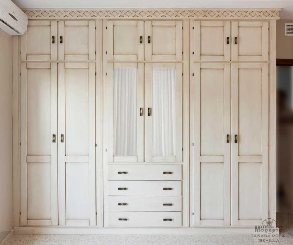 Armario empotrado a medida en color blanco envejecido - Armarios con puertas abatibles ...