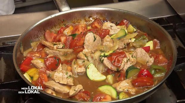 Muckalica 600 g schweinefilet 300 g zwiebel 2 rote paprika 1 gelbe paprika 1 gr ne paprika 4 - Reis kochen tasse ...