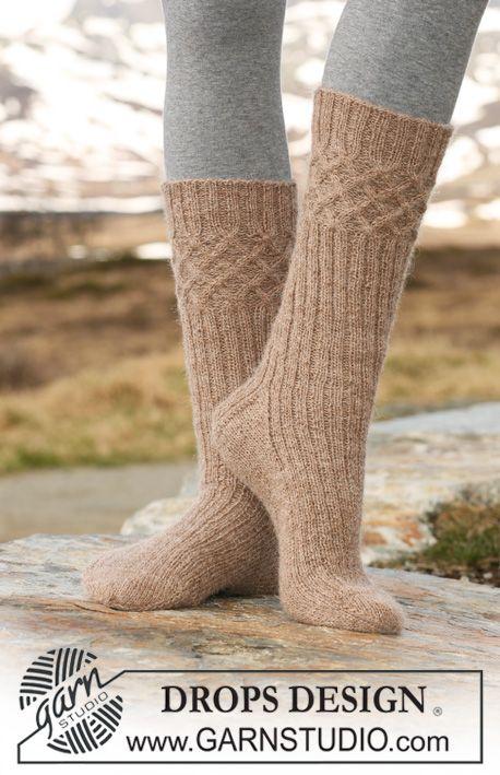 """DROPS 115-34 - DROPS sokker med fletter og vrangbord i """"Alpaca"""". - Gratis oppskrift by DROPS Design"""