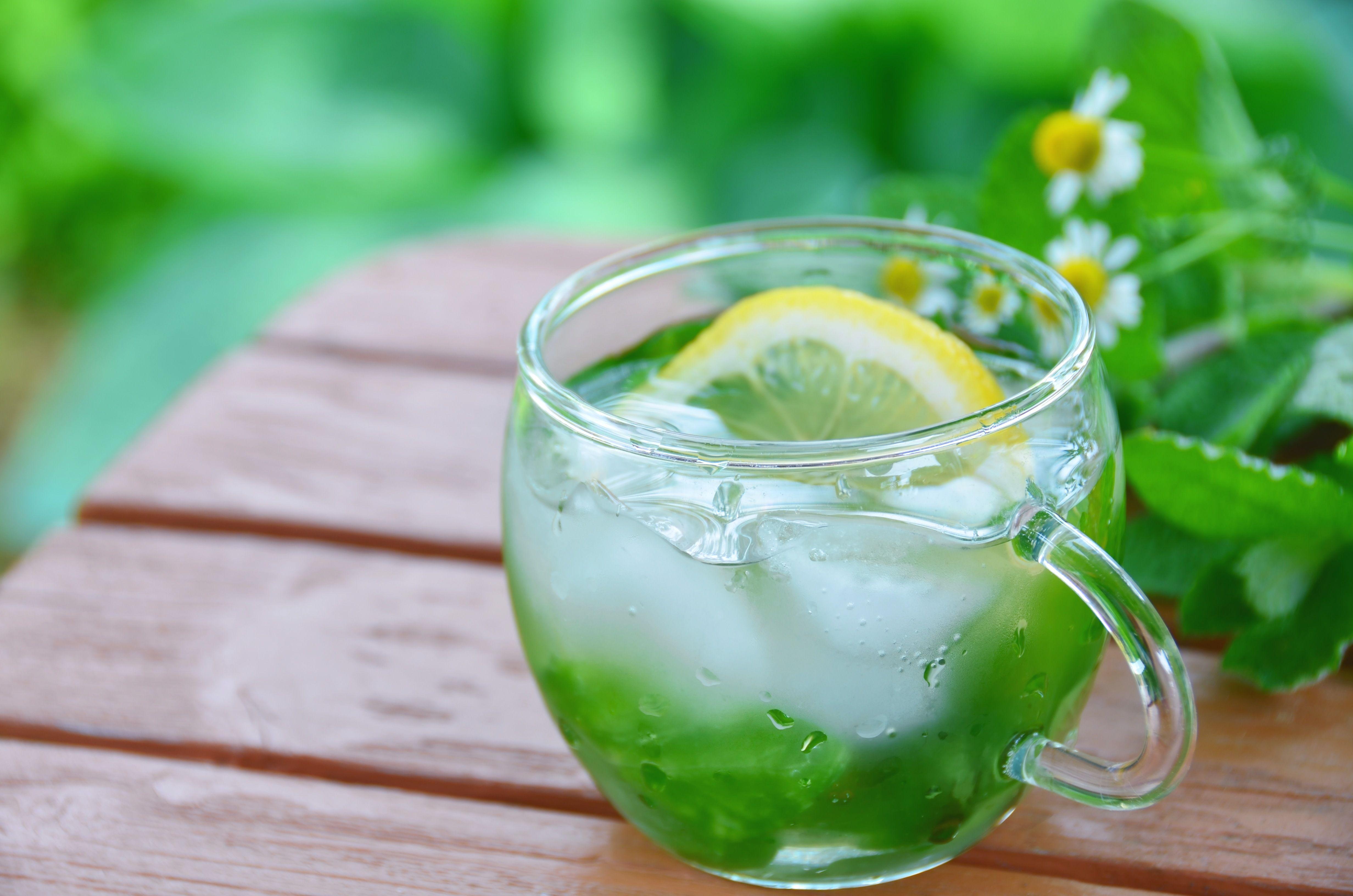 En verano, las infusiones mejor con hielo.