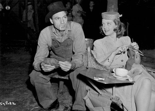 Bette Davis knitting while paying a visit to Gary Cooper on the set of SERGEANT YORK. (I love that he's playing with her yarn!)