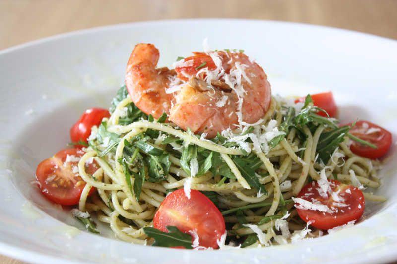 Spaghett mit Pesto, Rucola Riesen-Garnelen und frischen Tomaten - leichte und schnelle küche
