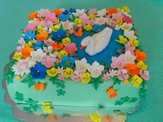 Joutsekakku kukkasilla / Swan cake whit flowers