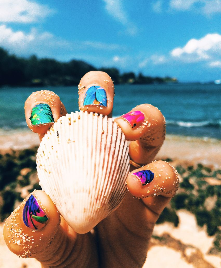 Arena, ostra y uñas pintadas.