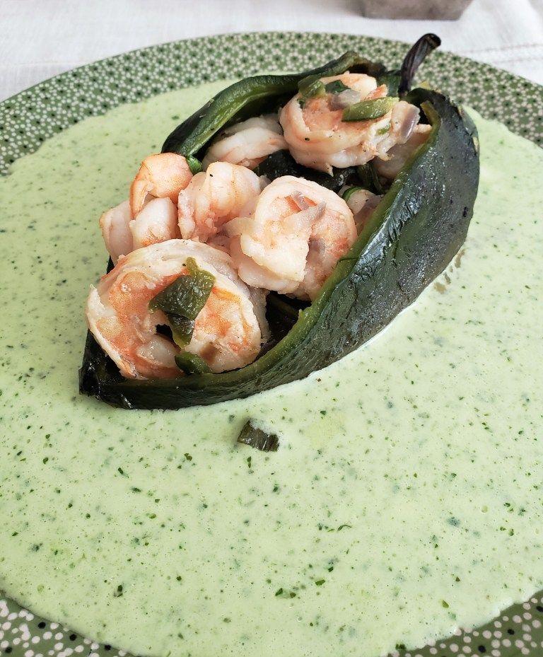 Chiles rellenos de camarones en salsa cremosa de cilantro/ Shrimp stuffed poblano peppers in creamy cilantro sauce #cilantrosauce