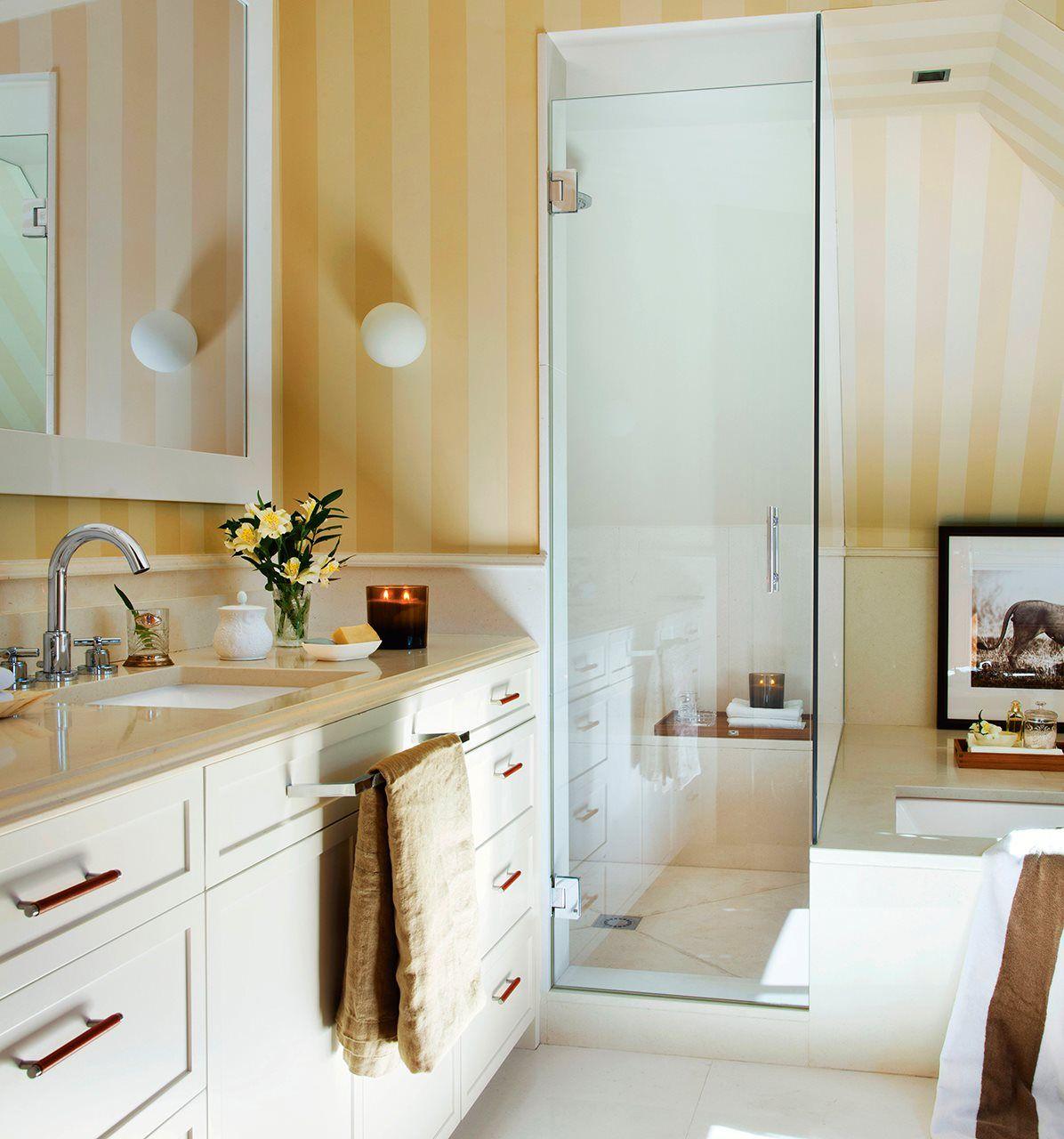 Baño con bañeera, paredes pintadas en azul y mueble bajolavabo ...