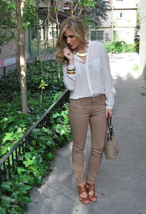 outfit con pantalon beige , Buscar con Google