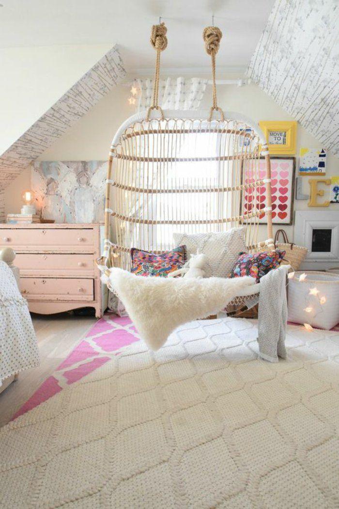 Ambiance cocooning dans la chambre ado fille fauteuil suspendu en bois commode vintage rose