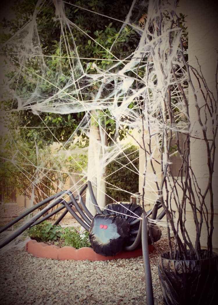 Deko Idee Fur Den Garten Eine Riesige Spinne Aus Schwarzem Mullbeutel Halloween Deko Vorgarten Halloween Deko Halloween Selber Machen