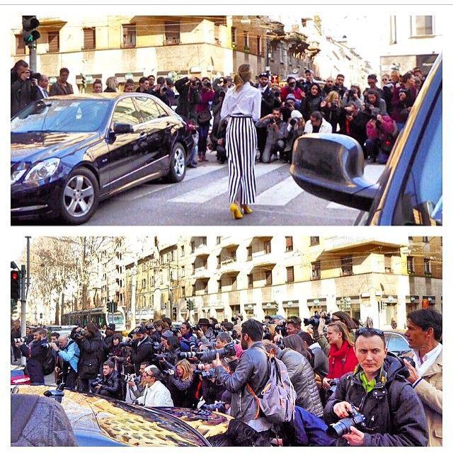 donatameirelles personalidade que parou a rua ontem no desfile do Dolce & Gabbana em Milão .... A Nem @helenabordon regram do novo insta dela @hbbackstage que cobrirá as semanas de moda !