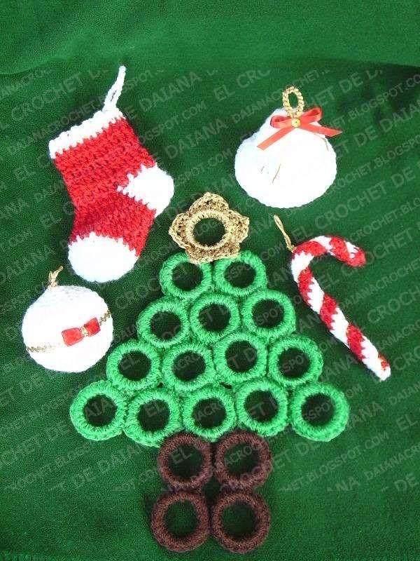 Se trata de adornos para el árbol de navidad y ese pino es un salvamantel.