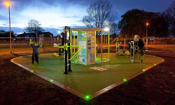 ¿Sabías que ya es posible utilizar la energía que creas al hacer deporte para generar iluminación o cargar tu móvil? Una empresa británica instala gimnasios al aire libre que convierten la energía cinética humana en electricidad. Increíble, ¿verdad?