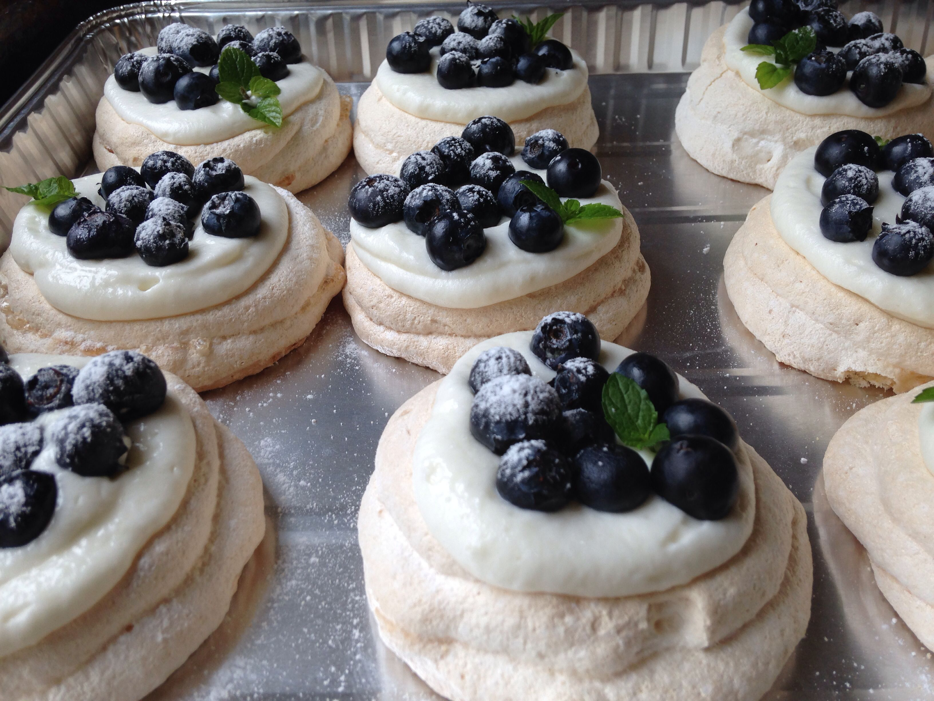 Mini blueberry pavlovas / merengue