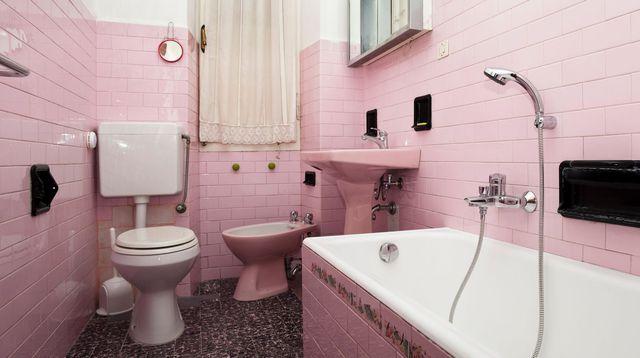 Relooker une salle de bain à petit prix - recouvrir du carrelage salle de bain