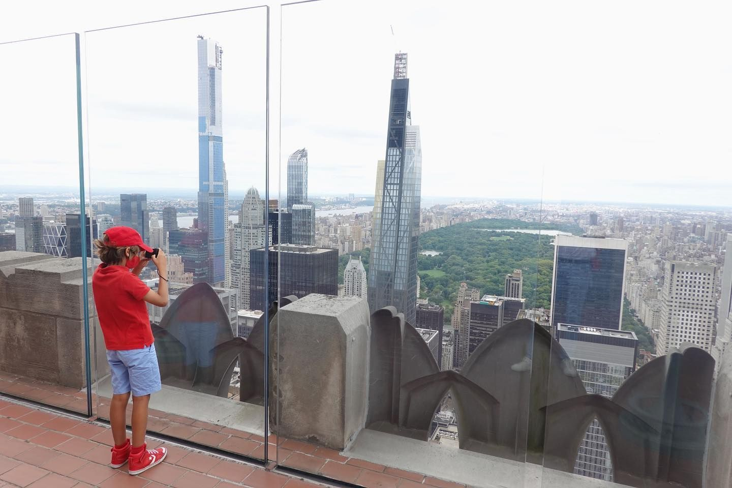Arthur à New York. Arthur in NYC. #arthur #topoftherock #nyc #newyorkcity #rockefellercenter #manhattan #usa #redhat #kid #red #globetrotter #globetrotteur #aroundtheworld #autourdumonde #trottinette #coronavirus #manhattan #micromobility #travel #discover #decouverte #voyage #discovery #tv #gulli #youngkid #happykid #empirestatebuilding