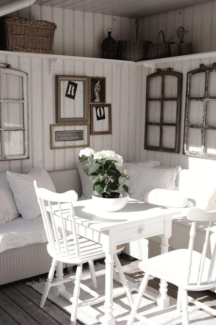 schöne Vintage Wanddeko mit leeren Fenster- und Bilderrahmen | Home ...