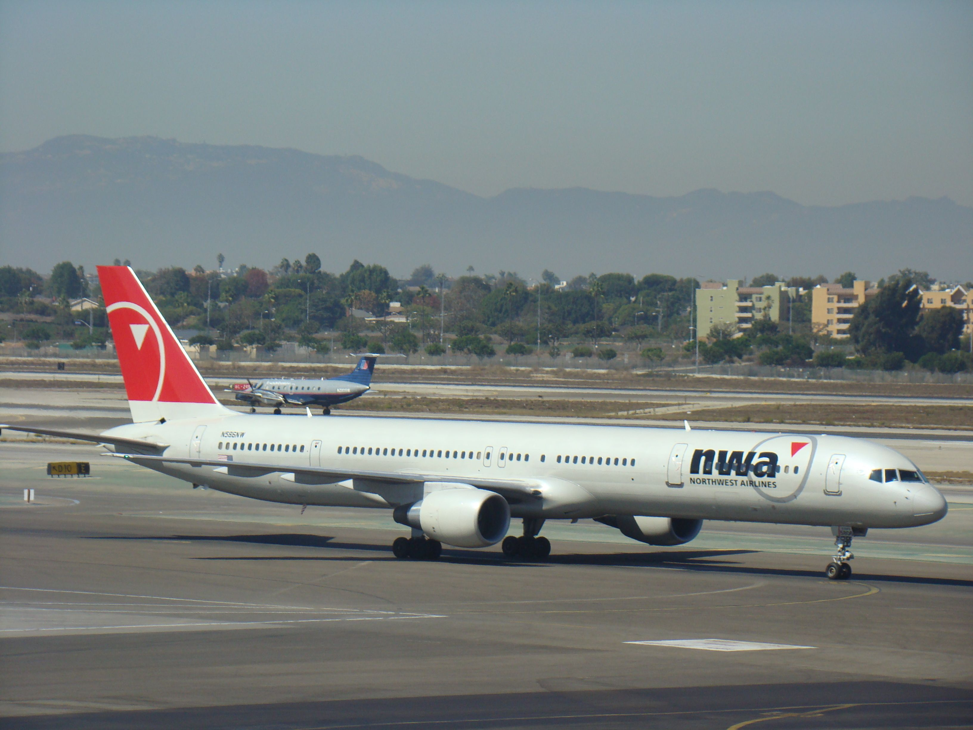 NW 757300 at LAX Northwest airlines, Delta airlines, Boeing