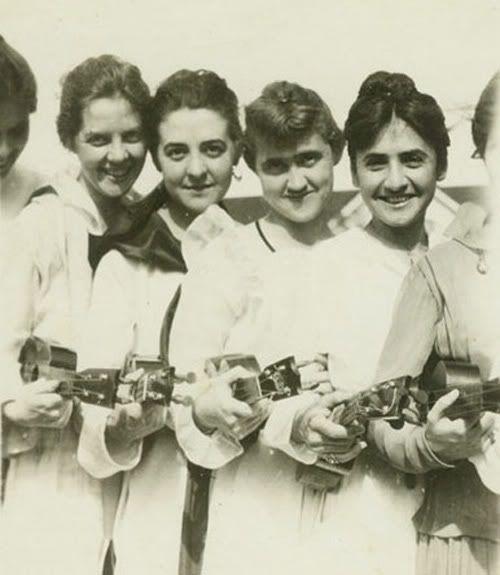 all-girl ukulele string band? 1920  http://i339.photobucket.com/albums/n463/wemba/Uker5.jpg
