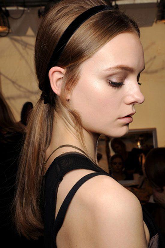 Comment faire coiffure queue de cheval ? Bandeau cheveux
