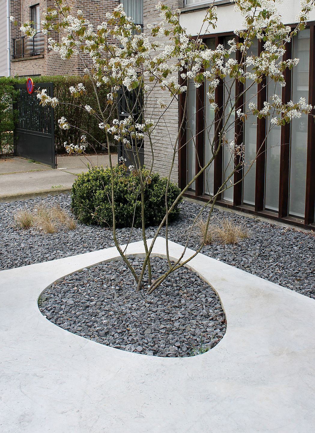 concrete and gravel pattern gravel garden to surround deck tiki area modern and easy to do. Black Bedroom Furniture Sets. Home Design Ideas