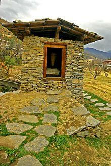 Utedo | Utedo bygd i stein i Bhutan i Himalayafjellene