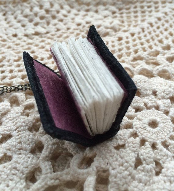 Couro charme livro colar - pequeno livro artesanal em uma corrente de bronze