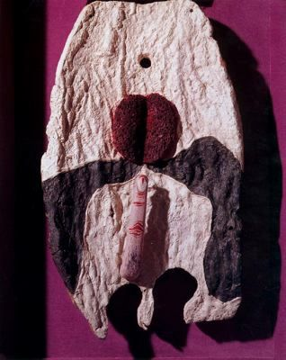 Playa antropomórfíca - Salvador Dalí - 1928. Óleo, corcho, piedra, esponja pintada de rojo dedo esculpido en madera policromada sobre lienzo. 47.5 x 27.7 cm. Préstamo de E. y A. Reynolds Morse. The Salvador Dalí Museum. San Petersburgo (FL).