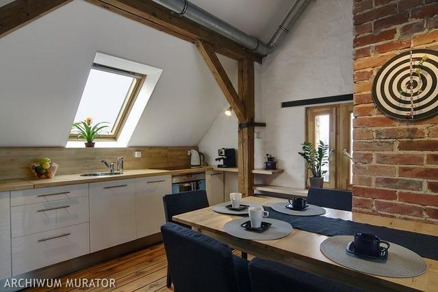 Biala Kuchnia Z Drewnianym Blatem Zaaranzowana Pod Skosem 1853045 Jpg 640 426 Attic Renovation Attic House Attic Flooring