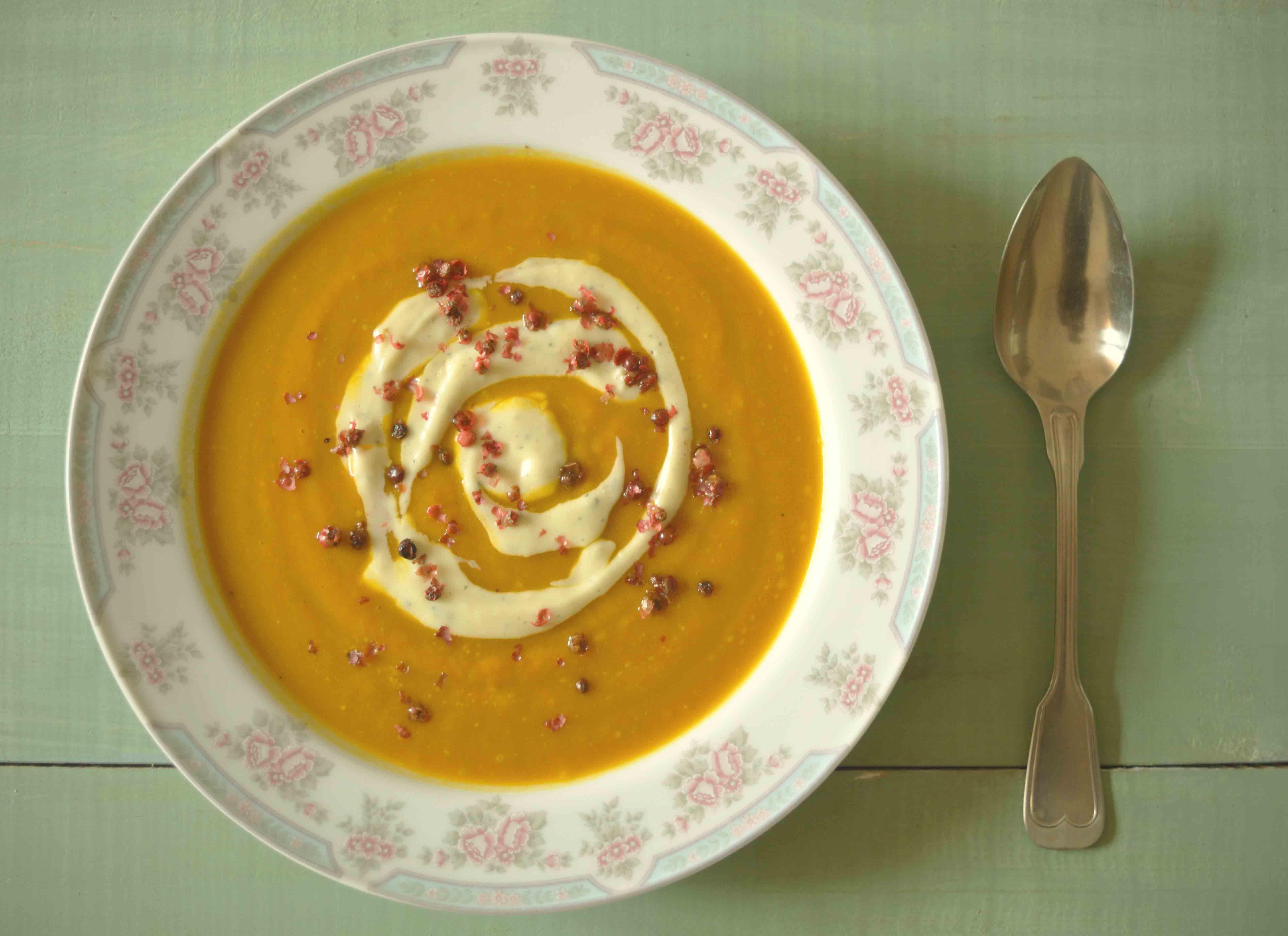 Sopa Creme de Abóbora Cabotiá com Gorgonzola http://www.acucarando.com.br/sopa-creme-de-abobora-e-cenoura-e-um-pequeno-desabafo/