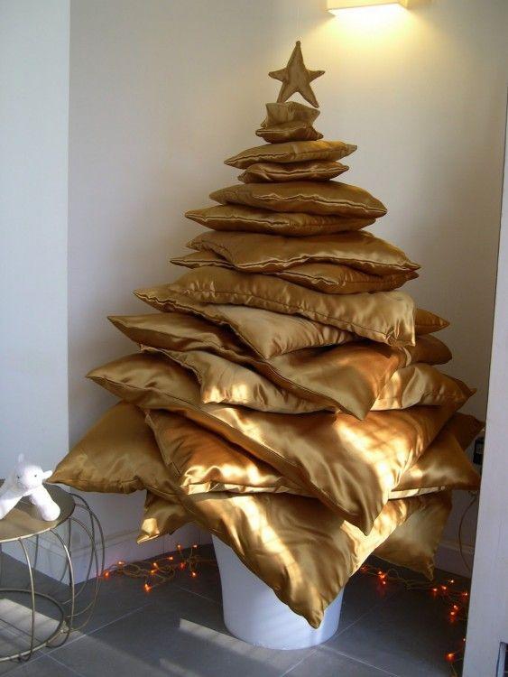 rincn de la casa adornado con un rbol de navidad hecho con almohadas