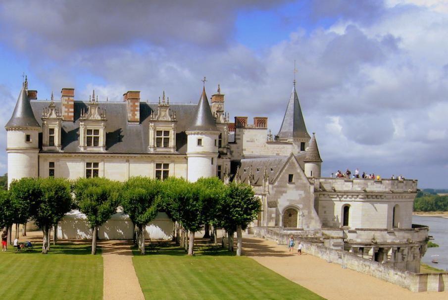 Region Centre, das Königliche Schloss Amboise bietet ein herrliches Panorama auf das Loire-Tal und ist als UNESCO-Welterbe klassiert. Geniessen Sie hier die Kunst des Reisens mit Bontourism®.