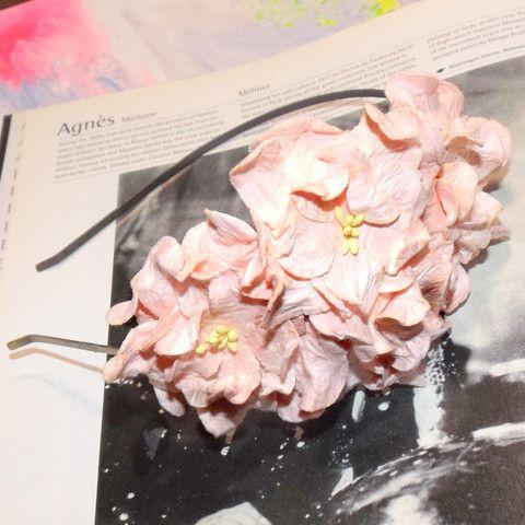 Hårbøjle med rosa gardenia blomster