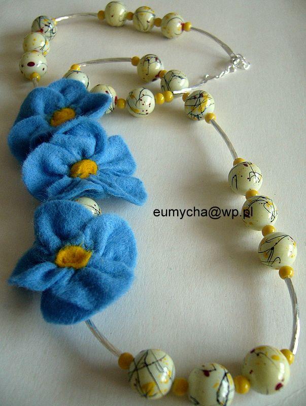 Niezapominajki - naszyjnik z filcowymi kwiatami www.robotkowyswiatmychy.blogspot.com